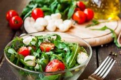 Σαλάτα Caprese με τη μοτσαρέλα, τις ντομάτες και το arugula Στοκ Εικόνες