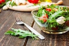 Σαλάτα Caprese με τη μοτσαρέλα, τις ντομάτες και το arugula Στοκ φωτογραφίες με δικαίωμα ελεύθερης χρήσης
