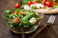 Σαλάτα Caprese με τη μοτσαρέλα, τις ντομάτες και το arugula Στοκ εικόνες με δικαίωμα ελεύθερης χρήσης