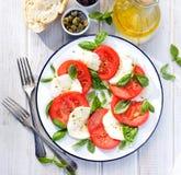 Σαλάτα Caprese σε ένα άσπρο πιάτο Στοκ Φωτογραφίες