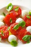 Σαλάτα Caprese σε ένα άσπρο πιάτο Στοκ Φωτογραφία