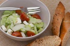 Σαλάτα Fetta με τις φέτες του ψωμιού Στοκ Εικόνες