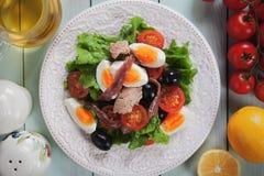 Σαλάτα Nicoise με τα αυγά, τον τόνο και την αντσούγια Στοκ εικόνες με δικαίωμα ελεύθερης χρήσης