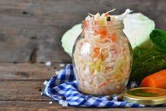 Σαλάτα sauerkraut και των καρότων σε ένα βάζο Στοκ Φωτογραφίες