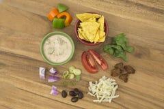 Σαλάτα Taco με τα συστατικά επιδέσμου Salsa στοκ φωτογραφία