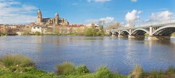 Σαλαμάνκα - ο καθεδρικός ναός και η γέφυρα Puente Enrique Estevan Avda και ο ποταμός του Ρίο Tormes Στοκ Φωτογραφία