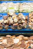 Σαλιγκάρια και όστρακα θάλασσας στην αγορά ψαριών στοκ εικόνες