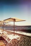 Σαλόνια Sunshades και μονίππων στην παραλία seascape θάλασσας μπλε βράχων καλοκαίρι ουρανού Στοκ Φωτογραφίες