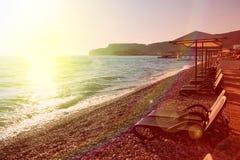 Σαλόνια Sunshades και μονίππων στην παραλία seascape θάλασσας μπλε βράχων καλοκαίρι ουρανού Στοκ φωτογραφία με δικαίωμα ελεύθερης χρήσης