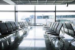 Σαλόνι αναχώρησης με τις καρέκλες στον αερολιμένα Στοκ Εικόνες