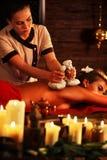 Σαλόνι μασάζ woman spa Το θηλυκό έχει την καυτή θεραπεία σφαιρών χορταριών Στοκ εικόνα με δικαίωμα ελεύθερης χρήσης