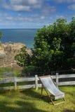 Σαλόνι μονίππων στον πράσινο χορτοτάπητα Άριστη άποψη του κόλπου Combe Martin Στοκ φωτογραφία με δικαίωμα ελεύθερης χρήσης