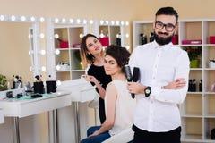 Σαλόνι ομορφιάς, makeup και ορίζοντας στο σαλόνι, τους κομμωτές και τον καλλιτέχνη σύνθεσης, Στοκ φωτογραφία με δικαίωμα ελεύθερης χρήσης