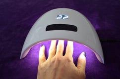 Σαλόνι πηκτωμάτων καρφιών UV λαμπτήρας με το χρονόμετρο Στοκ Φωτογραφία