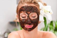Σαλόνι SPA Όμορφη γυναίκα με την του προσώπου μάσκα στο σαλόνι ομορφιάς Στοκ Φωτογραφία