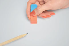 Σβήσιμο χεριών γυναικών Στοκ εικόνα με δικαίωμα ελεύθερης χρήσης