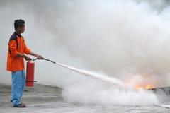 Σβήστε την πυρκαγιά χρησιμοποιώντας τα απλά εργαλεία στοκ εικόνα με δικαίωμα ελεύθερης χρήσης