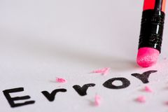 Σβήστε το λάθος λέξης με μια λαστιχένια έννοια της εξάλειψης στοκ φωτογραφία με δικαίωμα ελεύθερης χρήσης