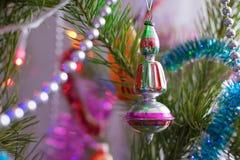 Σβούρα διακοσμήσεων με τις χάντρες στις ερυθρελάτες στην κινηματογράφηση σε πρώτο πλάνο Χριστουγέννων στοκ φωτογραφίες με δικαίωμα ελεύθερης χρήσης