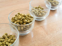 Σβόλοι λυκίσκων στο φλυτζάνι γυαλιού για την παρασκευή της μπύρας - συστατικό μπύρας στοκ εικόνες