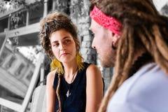 Σγουρή γυναίκα με το κουλούρι τρίχας που εξετάζει το φίλο της μιλώντας για την ημέρα της στοκ φωτογραφίες