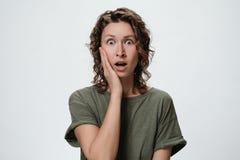 Σγουρή γυναίκα με το συγκλονισμένο πρόσωπο στοκ φωτογραφίες με δικαίωμα ελεύθερης χρήσης