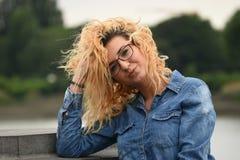 Σγουρή γυναίκα στη φύση Στοκ Φωτογραφία
