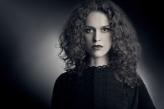 Σγουρή γυναίκα τριχώματος πορτρέτου μόδας Στοκ Εικόνες