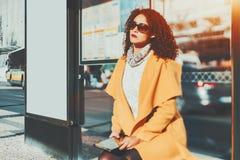 Σγουρή κουρασμένη γυναίκα με το κενό έμβλημα προτύπων πλησίον Στοκ Εικόνα
