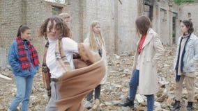 Σγουροί χοροί γυναικών μεταξύ των νέων απόθεμα βίντεο