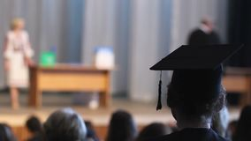 Σγουρός απόφοιτος κολλεγίου στην τελετή προσοχής βαθμολόγησης ΚΑΠ, βήμα στο ευτυχές μέλλον απόθεμα βίντεο