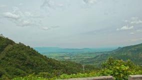 Σγουρός καθρέφτης σημαδιών οδικού παρελθόντος ασφάλτου βουνών ενάντια στην κοιλάδα απόθεμα βίντεο
