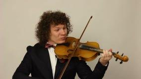 Σγουρός-μαλλιαρός τύπος που παίζει το βιολί φιλμ μικρού μήκους
