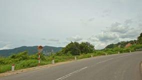 Σγουρός δρόμος ασφάλτου βουνών από τις εγκαταστάσεις με τα εμπόδια απόθεμα βίντεο