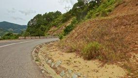Σγουρός δρόμος ασφάλτου βουνών μετά από την επίγεια κλίση φιλμ μικρού μήκους