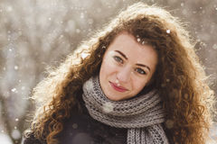 Σγουρό κορίτσι στο υπόβαθρο του χιονιού Στοκ φωτογραφία με δικαίωμα ελεύθερης χρήσης