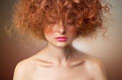 σγουρό κόκκινο τριχώματο&s Όμορφο πορτρέτο γυναικών μόδας Στοκ φωτογραφία με δικαίωμα ελεύθερης χρήσης