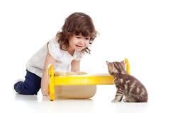 σγουρό παιχνίδι γατακιών κοριτσιών παιδιών Στοκ Φωτογραφία
