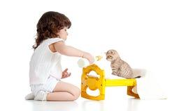 σγουρό παιχνίδι γατακιών κοριτσιών παιδιών Στοκ Εικόνες