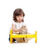 σγουρό παιχνίδι γατακιών κοριτσιών παιδιών Στοκ φωτογραφία με δικαίωμα ελεύθερης χρήσης