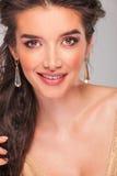 Σγουρό brunette που χαμογελά εξετάζοντας τη κάμερα στοκ φωτογραφία