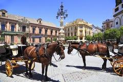 Σεβίλη Plaza με τις μεταφορές και τα άλογα στο πρώτο πλάνο Στοκ φωτογραφία με δικαίωμα ελεύθερης χρήσης