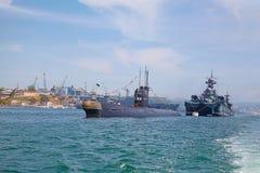 ΣΕΒΑΣΤΟΥΠΟΛΗ, ΟΥΚΡΑΝΙΑ -- ΣΤΙΣ 12 ΜΑΐΟΥ: Ένα σύγχρονα υποβρύχιο και ένα θωρηκτό ι Στοκ φωτογραφία με δικαίωμα ελεύθερης χρήσης