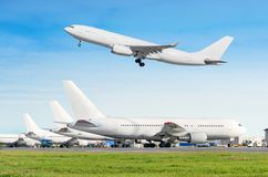 Σειρά αεροσκαφών επιβατών, αεροπλάνο που σταθμεύουν στην υπηρεσία πριν από την αναχώρηση στον αερολιμένα, άλλη πίσω ρυμούλκηση ώθ Στοκ φωτογραφίες με δικαίωμα ελεύθερης χρήσης