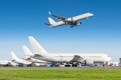 Σειρά αεροσκαφών επιβατών, αεροπλάνο που σταθμεύουν στην υπηρεσία πριν από την αναχώρηση στον αερολιμένα, άλλη πίσω ρυμούλκηση ώθ Στοκ Φωτογραφίες