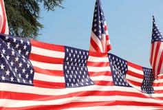 Σειρά αμερικανικών σημαιών με το μπλε ουρανό Στοκ εικόνα με δικαίωμα ελεύθερης χρήσης