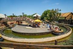 Σειρά αναμονής για τα μεγάλα ορμητικά σημεία ποταμού φαραγγιών έλξης στο λιμένα Aventura πάρκων salou Ισπανία Στοκ φωτογραφία με δικαίωμα ελεύθερης χρήσης