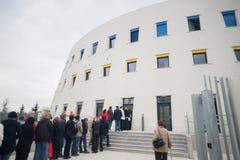 Σειρά αναμονής, γραμμή ανθρώπων που περιμένουν στην είσοδο της αποθήκευσης κιβωτίων χώρων καταθέσεων τέχνης μουσείων Umelecko pru Στοκ Φωτογραφία