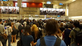 Σειρά αναμονής πλήθους στη μετανάστευση άφιξης Στοκ Εικόνα