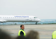 Σειρά βομβαρδιστικών CRJ700 από τις περιφερειακές αερογραμμές της Lufthansa Στοκ Εικόνες